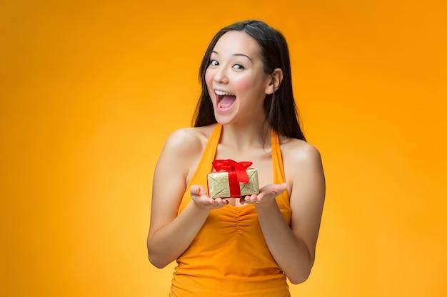 Китайская девушка с подарком Бесплатные Фотографии