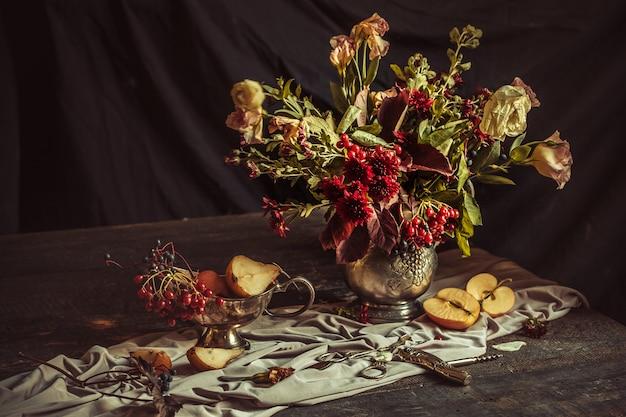 Натюрморт с яблоками и осенними цветами Бесплатные Фотографии