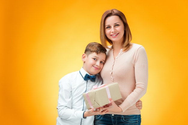Счастливая мать и сын Бесплатные Фотографии