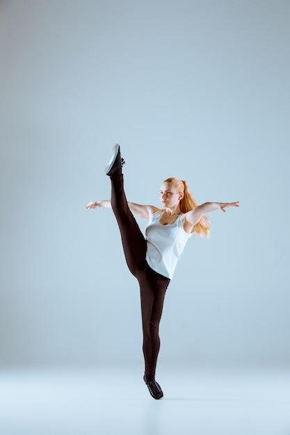 ヒップホップの振り付けを踊る女性 無料写真