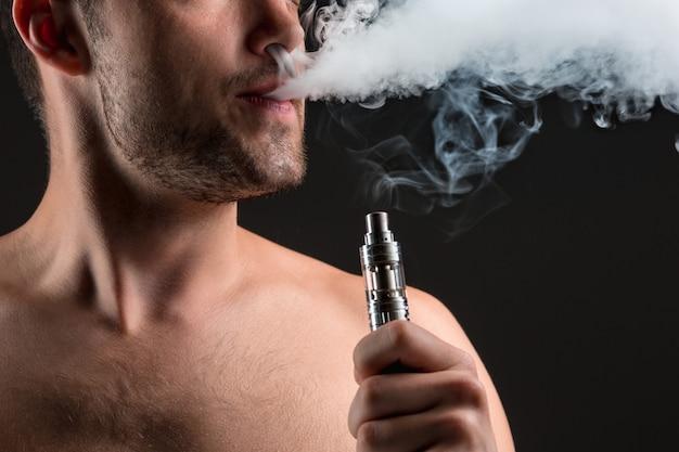 蒸気を吸う若い男の顔 無料写真