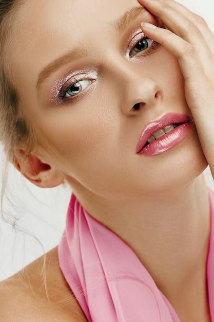 Красота лица молодой модели женщина с яркими глазами и губами Бесплатные Фотографии