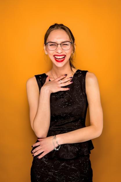 幸せな感情を持つ若い女性の肖像画 無料写真
