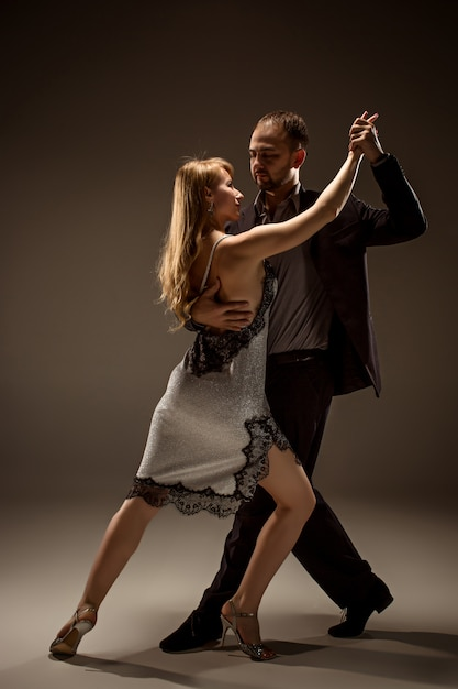 Мужчина и женщина танцуют аргентинское танго Бесплатные Фотографии