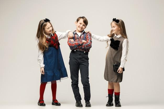 ポーズかわいいスタイリッシュな子供たち 無料写真