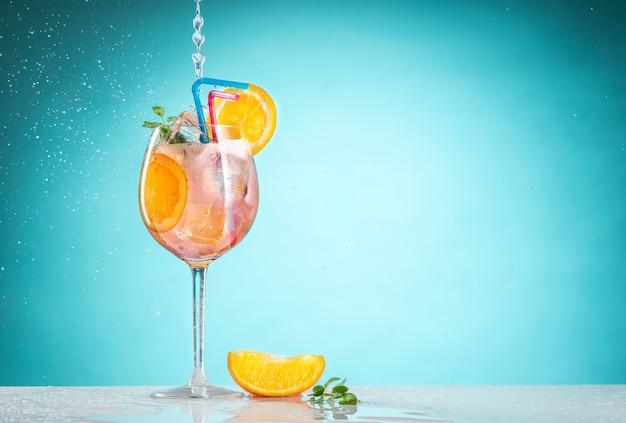 Роза экзотический коктейль и фрукты на синем Бесплатные Фотографии