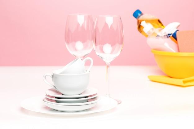 いくつかのプレート、キッチンスポンジ、手洗いに使用する自然な食器洗い用液体石鹸の入ったペットボトル。 無料写真