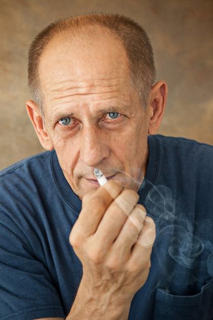 Взволнованный курящий зрелый человек Бесплатные Фотографии