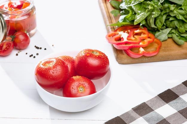 缶詰のトマトとフレッシュトマト 無料写真