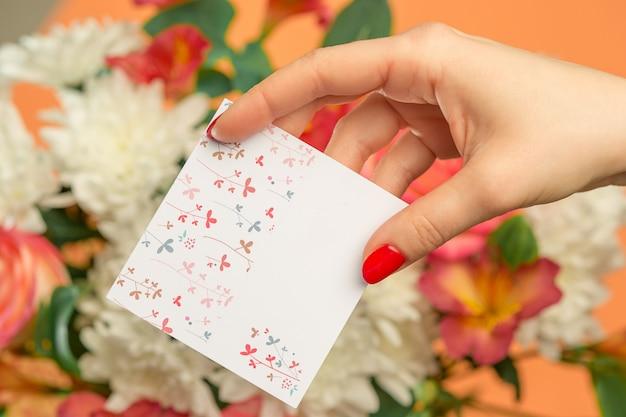 ピンクのバラ、花、ギフトテーブルの上のグリーティングカードが大好き 無料写真
