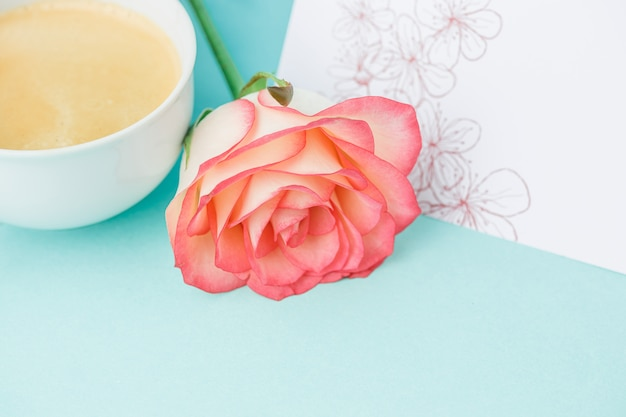 Розовые розы, цветы, подарок на стол Бесплатные Фотографии