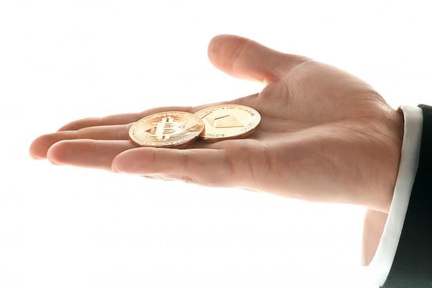 黄金のビットコインコインを持つ男性の手 無料写真