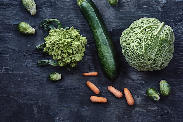 木製のテーブルに有機野菜。上面図 無料写真