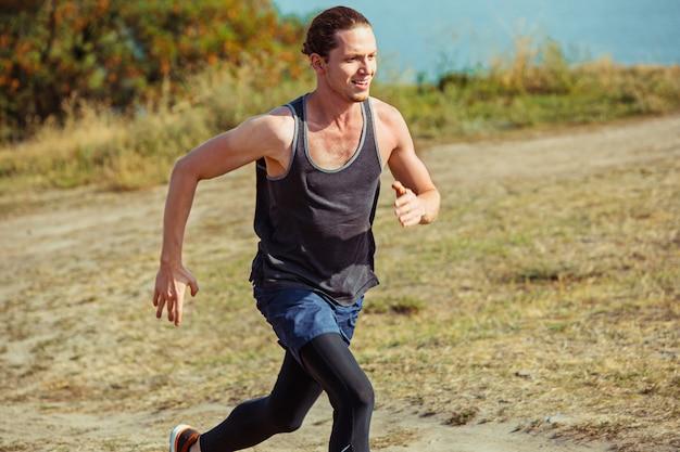 Бег спорт. бегущий человек спринте открытый в живописной природе. приспособьте мускулистую мужскую спортивную тренировочную тропу, бегущую для пробега марафона Бесплатные Фотографии