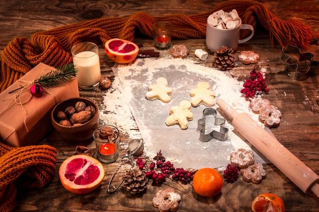 自家製パン屋さん、クリスマスツリーのクローズアップの形でジンジャーブレッドクッキー。 無料写真