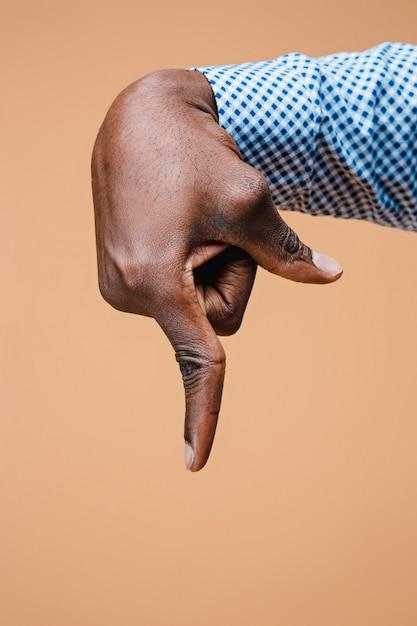 黒人男性の手ポイント指。手のジェスチャー-人差し指で仮想オブジェクトを指している男 無料写真