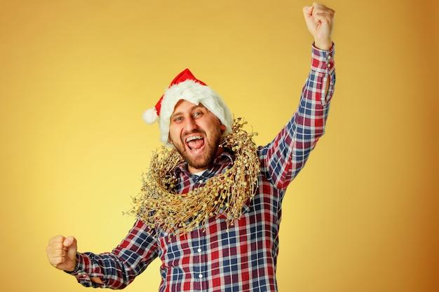 Улыбающийся рождественский мужчина в шляпе санта Бесплатные Фотографии