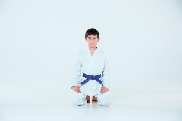 Мальчик позирует на айкидо на тренировке в школе боевых искусств. концепция здорового образа жизни и спорта Бесплатные Фотографии