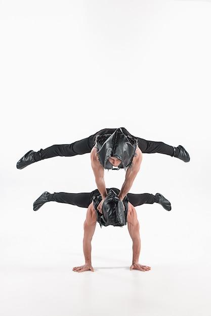 Группа гимнастических акробатических кавказских мужчин в позе равновесия Бесплатные Фотографии