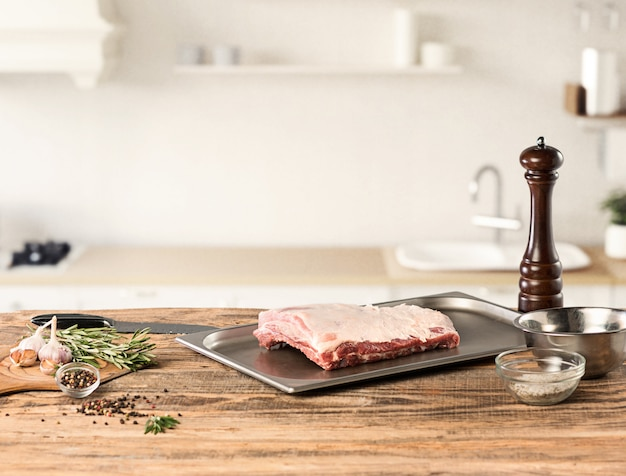キッチンで肉ステーキを調理する男 無料写真