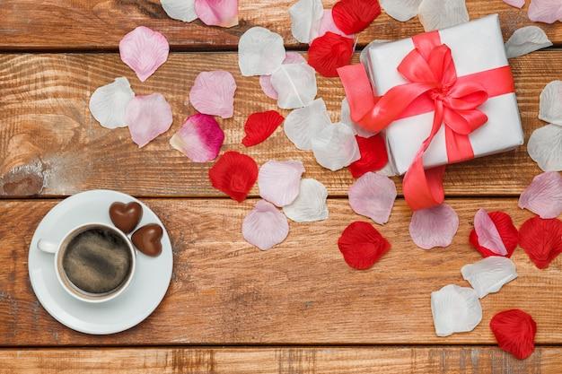バレンタインデーのギフトと木製のコーヒー 無料写真