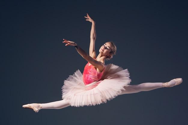 灰色の背景に美しい女性バレエダンサー 無料写真