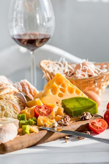 ワイン、バゲット、チーズの木製 無料写真