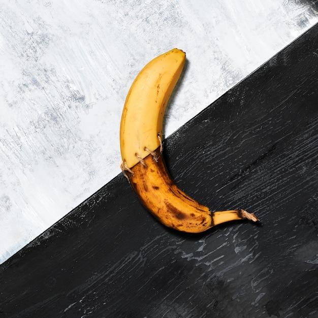 Одиночный банан на черно-белом Бесплатные Фотографии