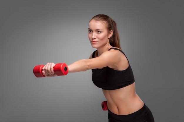有酸素運動を行うスポーティな女性 無料写真