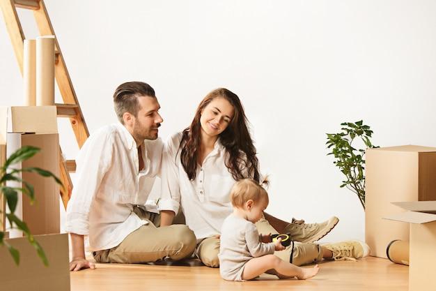 Пара переезжает в новый дом. счастливые женатые люди покупают новую квартиру, чтобы начать новую жизнь вместе Бесплатные Фотографии