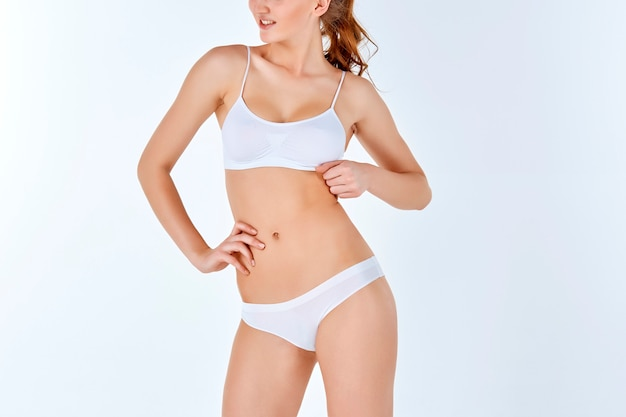 白いランジェリーの若い、スリム、健康で美しい女性 無料写真