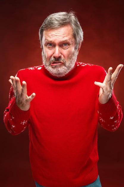 Выразительный портрет человека с надутыми руками Бесплатные Фотографии