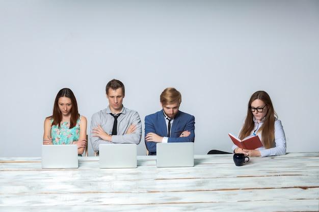 オフィスで一緒に彼らのビジネスプロジェクトに取り組んでいるビジネスチーム 無料写真