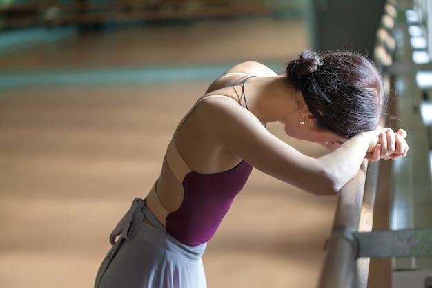 リハーサル室のバレでクラシックバレエダンサー 無料写真