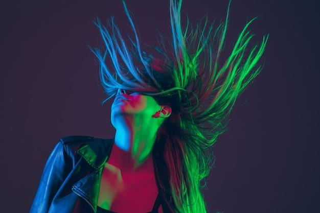 カラフルなネオンの光で髪を吹くと美しい女性の肖像画 無料写真