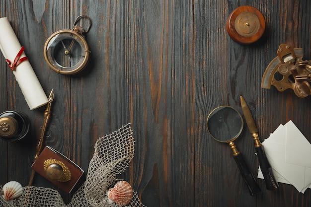 暗い木製のテーブルにアクセサリーを書く文字で昔ながらのフラットレイアウト 無料写真