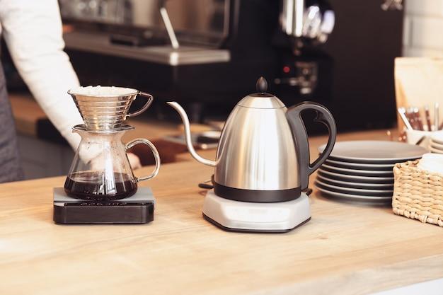 Бариста, кафе, приготовление кофе, концепция приготовления и обслуживания Бесплатные Фотографии
