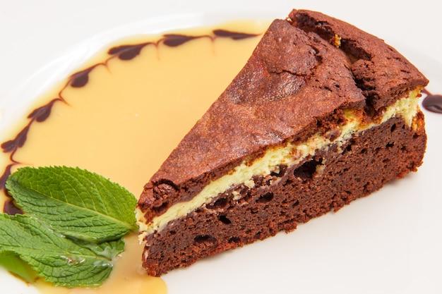 白で隔離されるクリームとチョコレートケーキ 無料写真