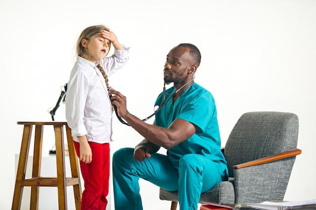 ヘルスケアと医療のコンセプト-病院で子供の胸を聞く聴診器を持つ医師 無料写真