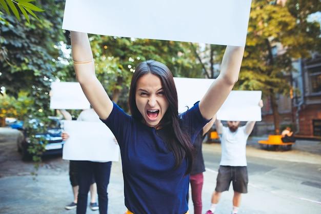 屋外で抗議している若者のグループ 無料写真
