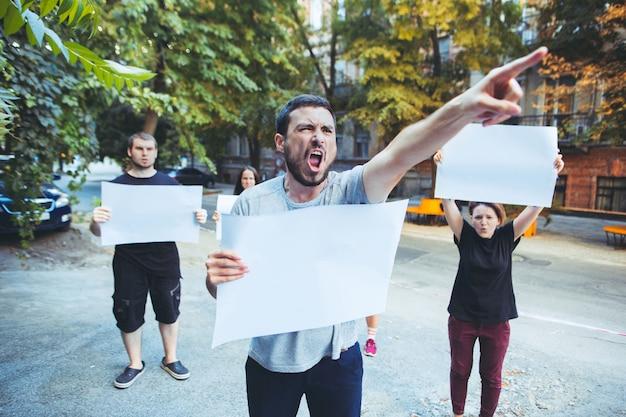 Группа протестующих молодых людей на открытом воздухе Бесплатные Фотографии
