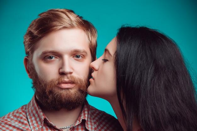 Молодой мужчина и женщина целуются Бесплатные Фотографии