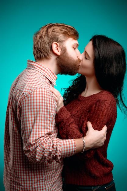 若い男性と女性のキス 無料写真