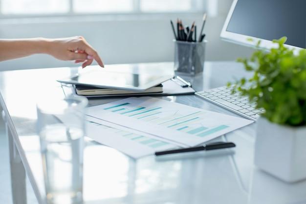 近代的なオフィスのインテリアでコンピューターに取り組んでいる間ラップトップを使用して女性の手のクローズアップ 無料写真