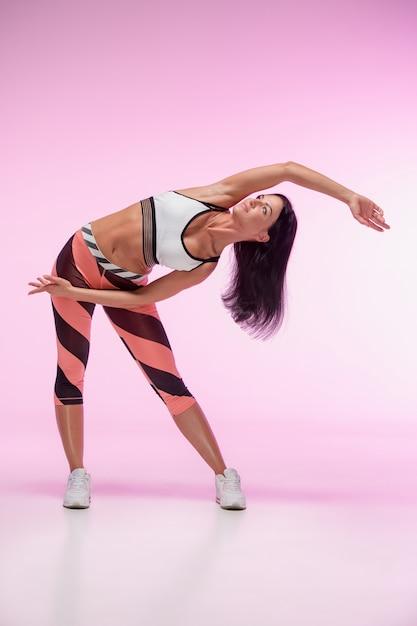 ピンクに対してトレーニングする女性 無料写真