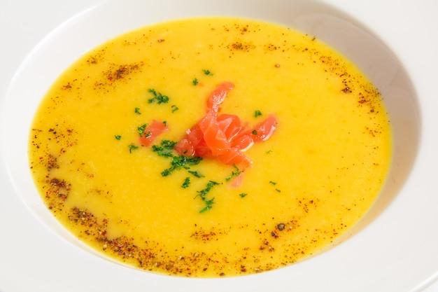 白いプレートのクローズアップオレンジスープ 無料写真