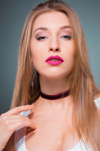 魅惑的な感情を持つ若い女性の肖像画 無料写真