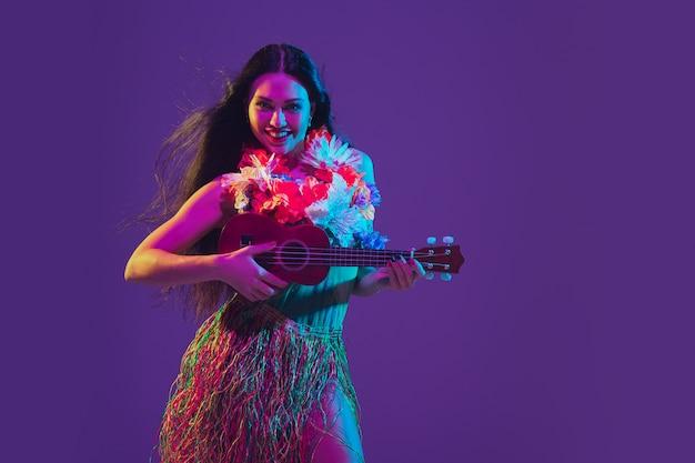 ネオンの光の中で紫色の素晴らしいシンコデマヨ女性ダンサー 無料写真