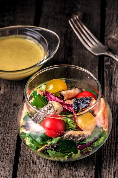 Красная рыба с овощами и соусом к ней Бесплатные Фотографии