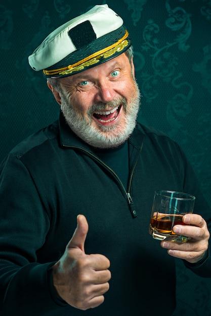 黒いセーターの古い船長または船乗りの男の肖像 無料写真